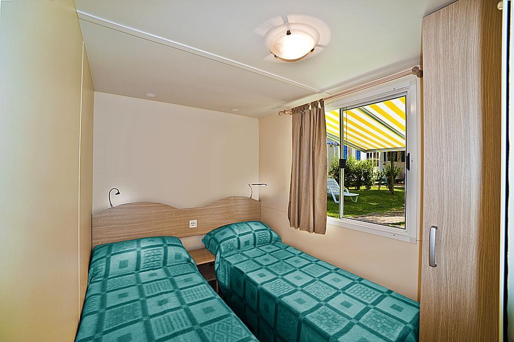 A Garda tó melletti mobil ház hálószobája