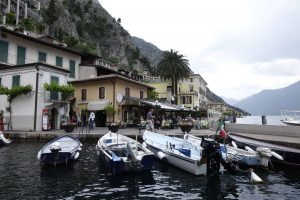 Motorcsónak kikötő a Garda tónál